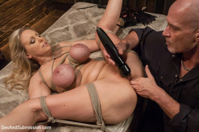 Julia ann занимается сексом в постели