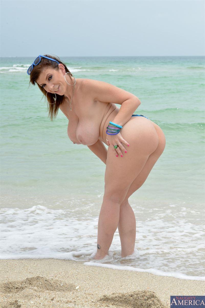 Показывает красивые сиськи у моря