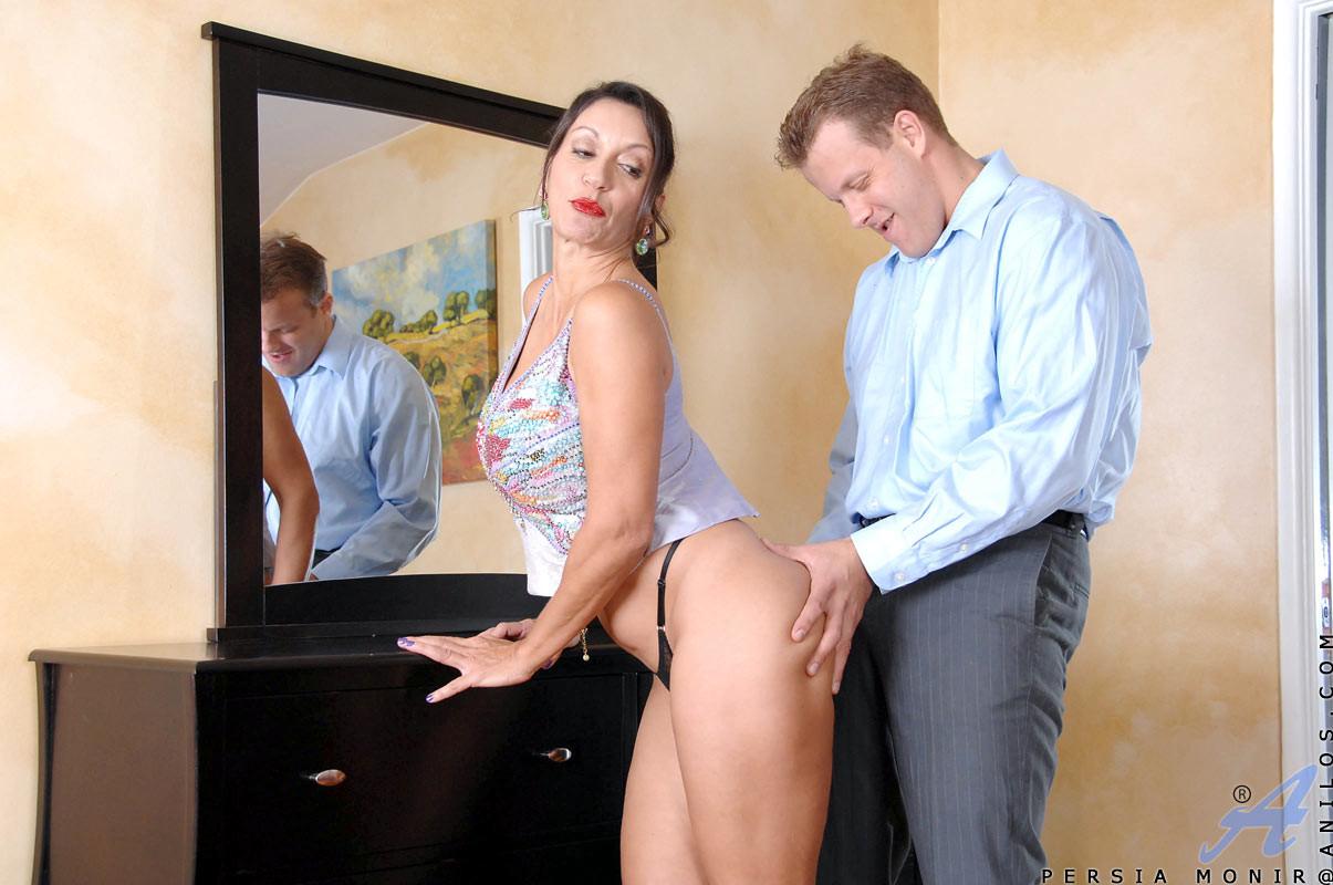 Крепкий молодой парень соблазняет зрелую женщину и меняет ее на свою