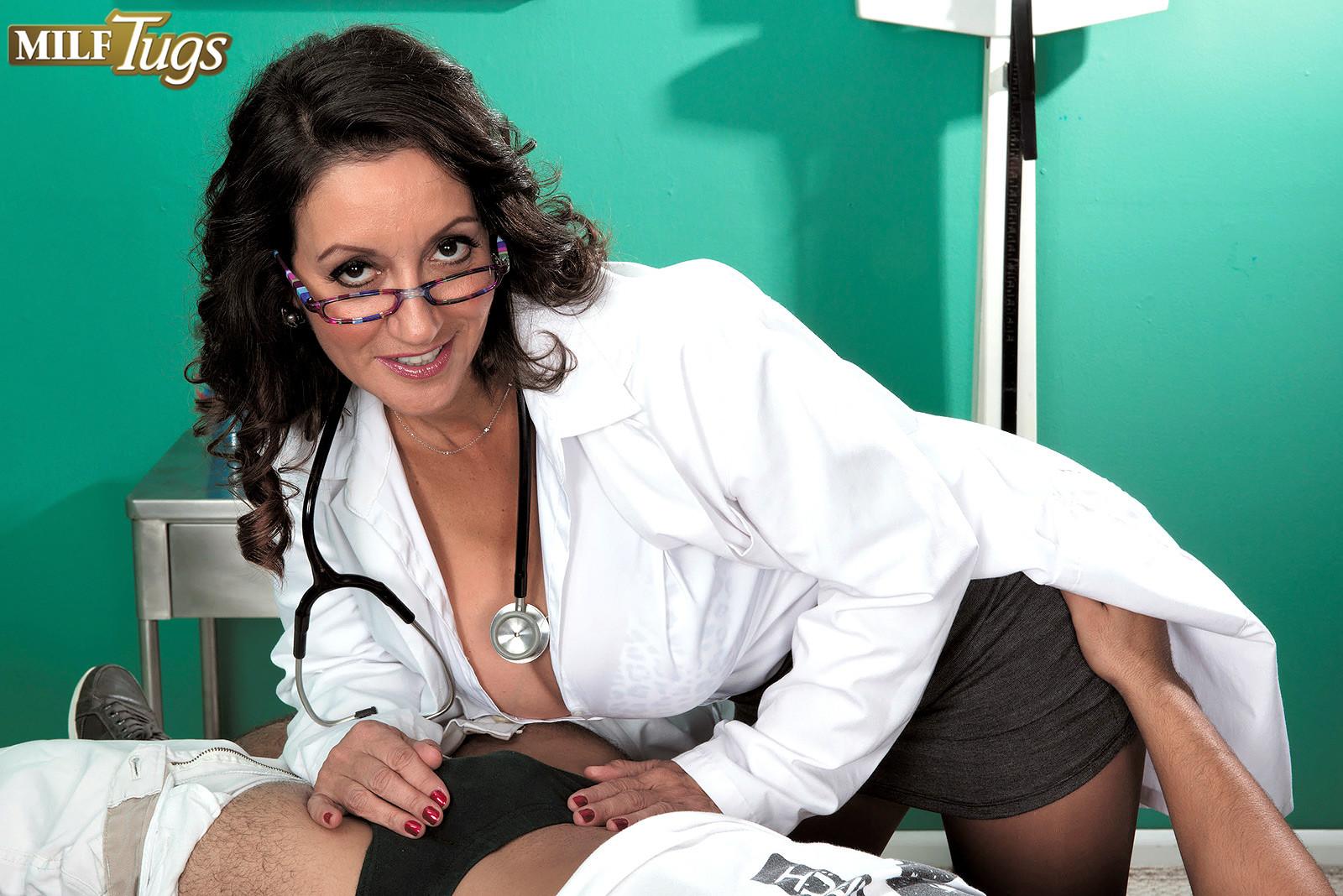 Секс в больнице с медсестрами Sienna West и Ariella Ferrera