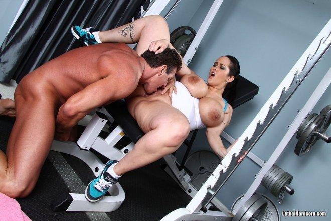 С трахается грудастая тренером телочка